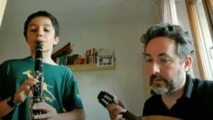 Ragazzo suona il clarinetto con adulto che suona il mandolino