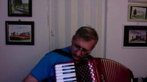 Angelo Volontario di Un Sorriso in Più suona la fisarmonica