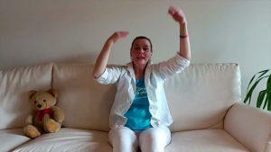 Eleonora che fa lezione di ginnastica per anziani