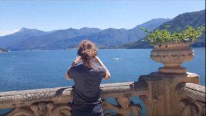 Ragazza fotografa lago di Como da villa del balbianello