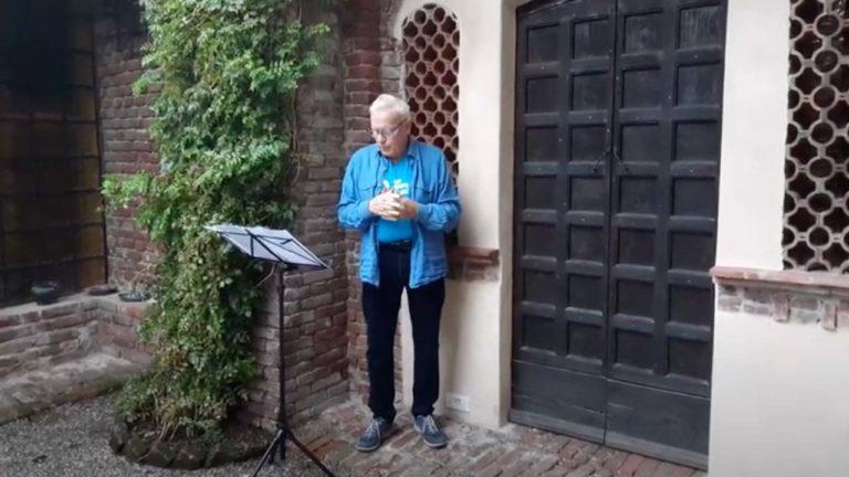 John che recita e canta una canzone