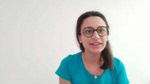 Angelica volontaria di Un Sorriso in Più legge racconti per gli anziani