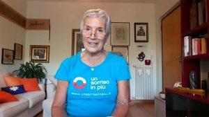 Ileana volontaria di Un Sorriso in Più legge racconti per gli anziani