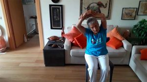 Ileana che fa lezione di Yoga per anziani